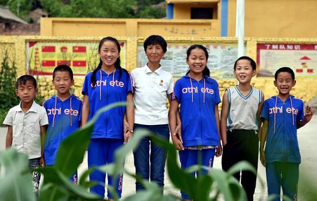 刘桂珍和山西省代县王家会小学的6个学生合影