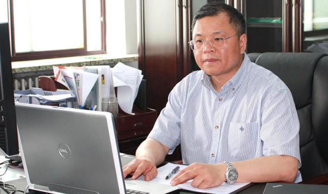2010年6月1日,黄大年在办公室。