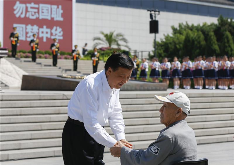 7月7日,纪念全民族抗战爆发80周年仪式在中国人民抗日战争纪念馆举行。中共中央政治局常委、中央书记处书记刘云山出席仪式并讲话。这是仪式开始前,刘云山与老八路代表握手。
