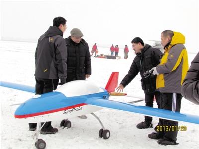 黄大年(左二)及团队成员在极寒天气下进行固定翼无人机试飞(2013年1月20日摄)