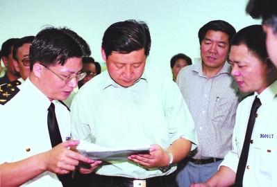 2001年5月,习近平总书记(时任福建省省长)在马尾海关调研。(资料图片)