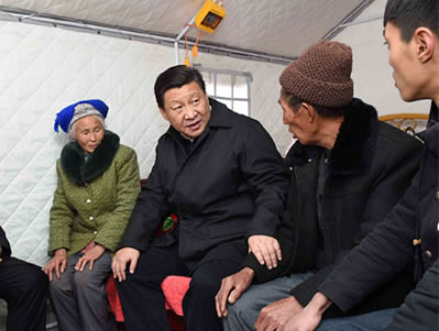 2015年1月19日,习近平视察云南鲁甸地震灾区,习近平走进邹体富老俩口和孙子住的帐篷,对吃饭、补助、新房规划、收入来源……他问得十分仔细。