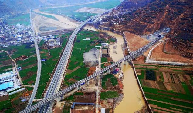 这是兰渝铁路甘肃陇南境内的汉王特大桥(右)与高速公路及国道交错(2016年12月25日摄)。 新华社记者 陈斌 摄