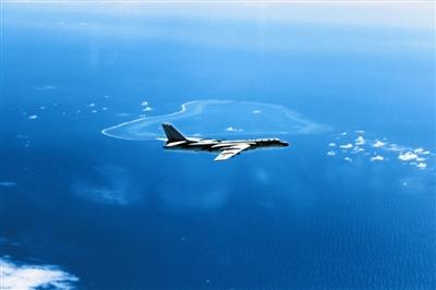 轰-6K南海战巡飞越黄岩岛。(刘锐摄)