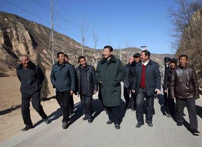 2014年2月13日,习近平在延安市延川县文安驿镇梁家河村看望村民,并就老区脱贫致富进行实地调研。