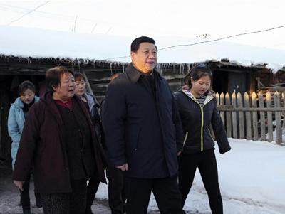 2014年1月26日,习近平冒着零下30多度的严寒,来到地处边陲的内蒙古阿尔山市伊尔施镇看望生活在林业棚户区的群众。