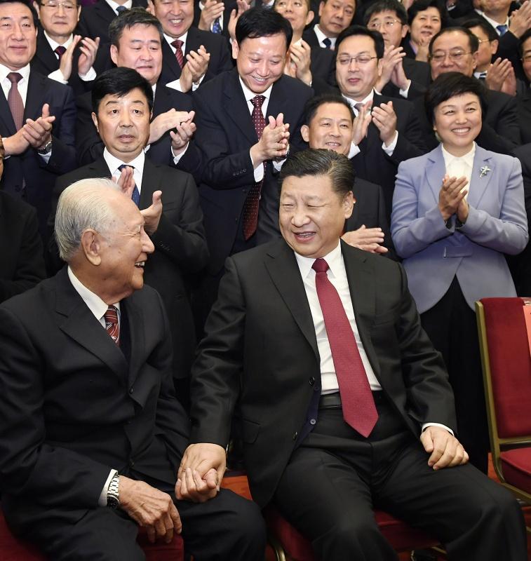 11月17日,全国精神文明建设表彰大会在北京人民大会堂举行。会前,习近平、王沪宁等会见与会代表。这是习近平邀请黄旭华、黄大发代表坐在自己身边合影。