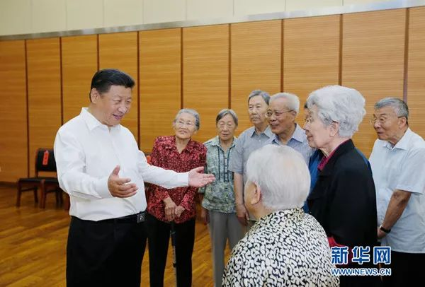2016年9月9日,习近平来到北京市八一学校,看望慰问师生,向全国广大教师和教育工作者致以节日祝贺和诚挚问候。这是习近平同母校老教师们亲切交谈。