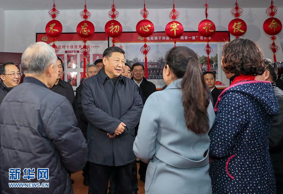 12月12日至13日,中共中央总书记、国家主席、中央军委主席习近平在江苏徐州市考察。这是12日下午,习近平在潘安湖街道马庄村党员活动室与正在学习党的十九大精神的党员交流。