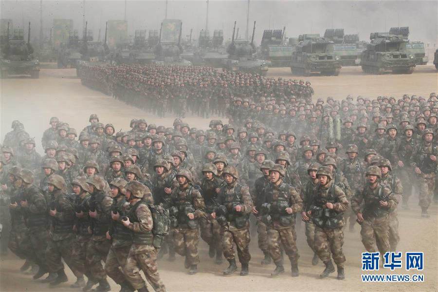 1月3日上午,中央军委隆重举行2018年开训动员大会,中共中央总书记、国家主席、中央军委主席习近平向全军发布训令。这是动员大会主会场部队受领训令后展开训练。