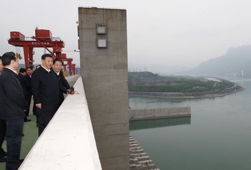 4月26日下午,中共中央总书记、国家主席、中央军委主席习近平在武汉主持召开深入推动长江经济带发展座谈会并发表重要讲话。这是座谈会前,习近平于24日下午在三峡大坝坝顶察看三峡工程和坝区周边生态环境。