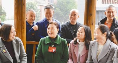 姚庆英(中)在宣讲党的十九大精神。