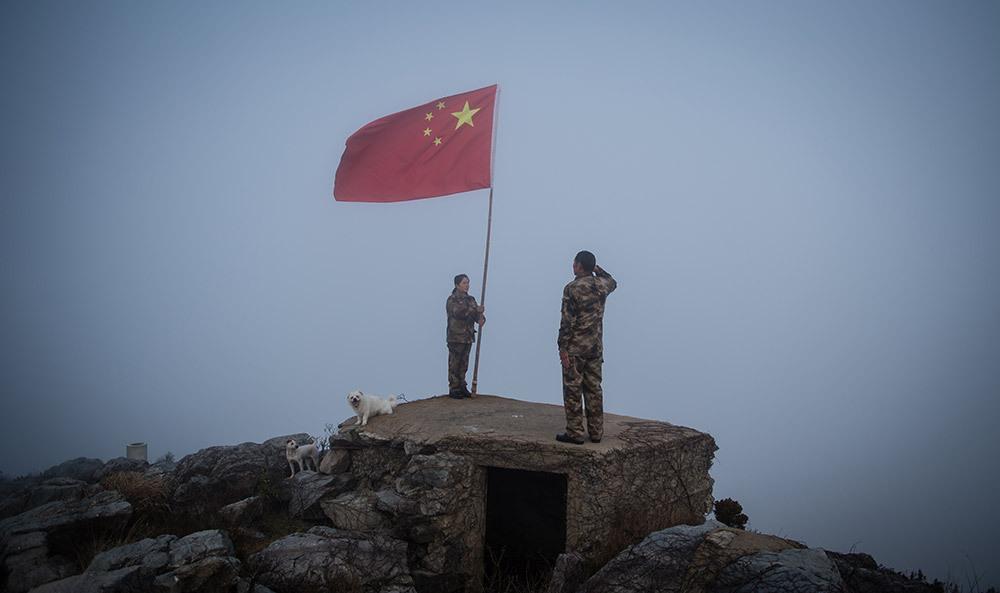 王继才夫妇在开山岛的最东边举行向国旗敬礼仪式