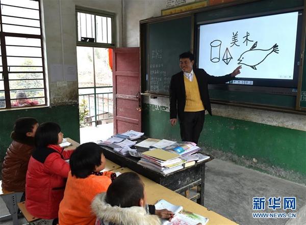 张玉滚在利用多媒体设备给学生们上美术课(3月20日摄)。新华社记者 李嘉南 摄
