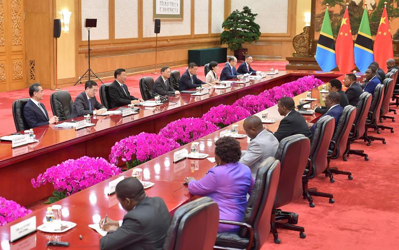 9月6日,国家主席习近平在北京人民大会堂会见坦桑尼亚总理马贾利瓦。新华社记者 李涛 摄