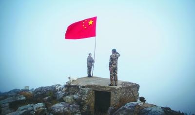 王继才夫妇在开山岛举行向国旗敬礼仪式。新华社记者 李响 摄