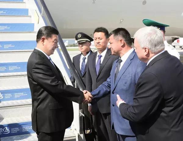 9月11日,国家主席习近平抵达俄罗斯符拉迪沃斯托克,应俄总统普京邀请,出席第四届东方经济论坛。这是习近平步出舱门,俄罗斯高级官员在舷梯旁热情迎接。新华社记者 庞兴雷 摄