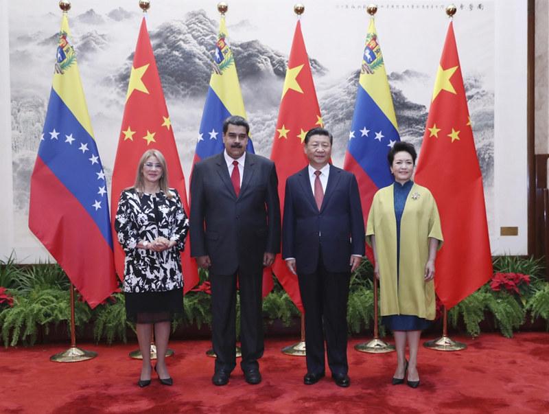 9月14日,国家主席习近平在北京人民大会堂同委内瑞拉总统马杜罗举行会谈。这是习近平和夫人彭丽媛同马杜罗夫妇合影。新华社记者 鞠鹏 摄