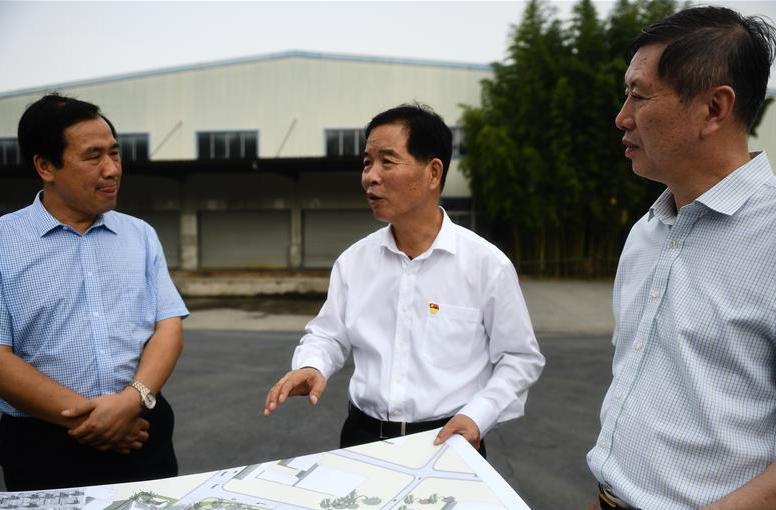 李世贵(中)在南京江宁高新区调研低效土地置换问题。