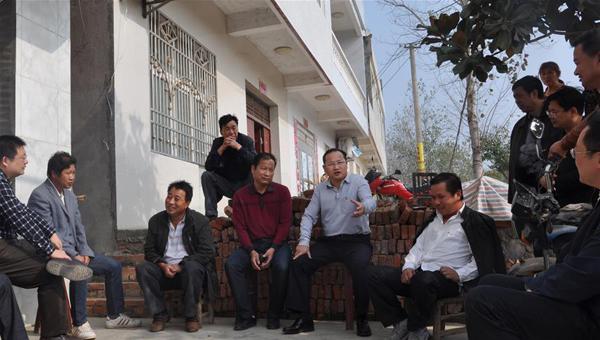"""吴锦(左六)与群众开""""院子会""""(2014年10月22日摄)。"""