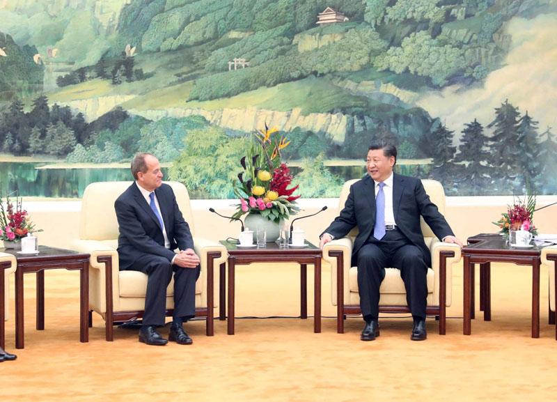 10月16日,国家主席习近平在北京人民大会堂会见英国四十八家集团俱乐部主席佩里。