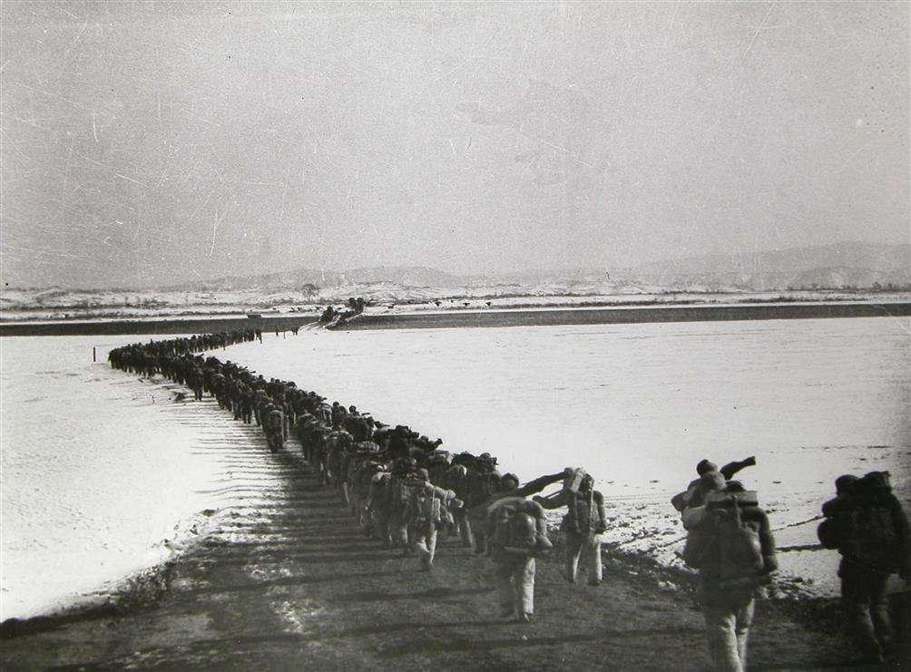 中国人民志愿军跨过鸭绿江(黎民 摄)