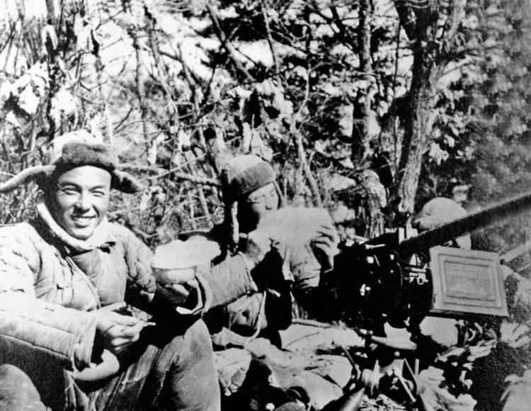 志愿军战士在前线一把炒面一把雪。