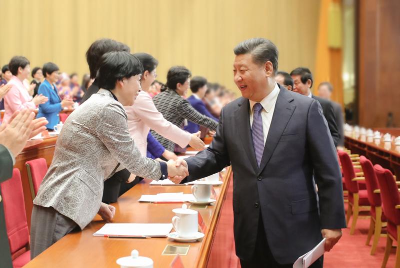 10月30日,中国妇女第十二次全国代表大会在北京人民大会堂开幕。这是中共中央总书记、国家主席、中央军委主席习近平等同与会代表亲切握手。新华社记者 鞠鹏 摄