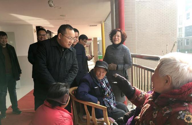 吴锦(左三)在天门市民政事业园看望老人。新华社发
