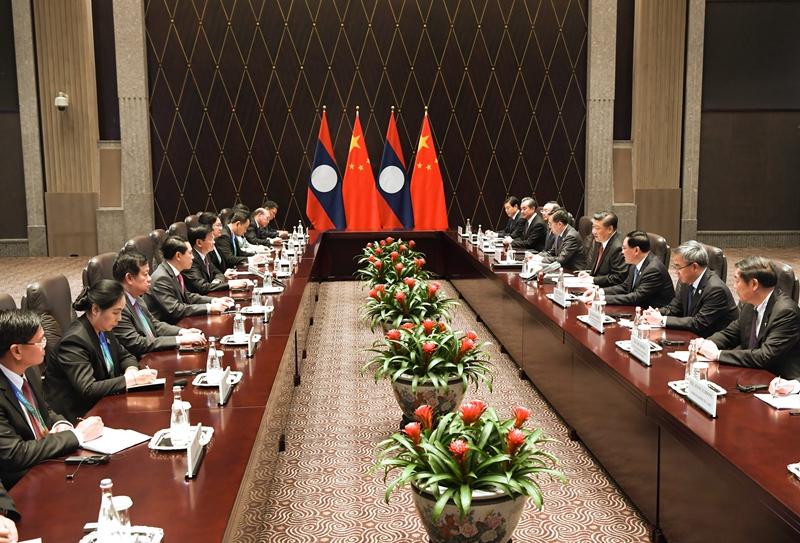 11月4日,国家主席习近平在上海会见老挝总理通伦。新华社记者 饶爱民 摄