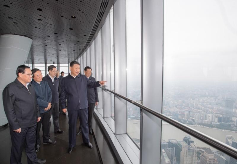 这是习近平在上海中心大厦119层观光厅俯瞰上海城市风貌。