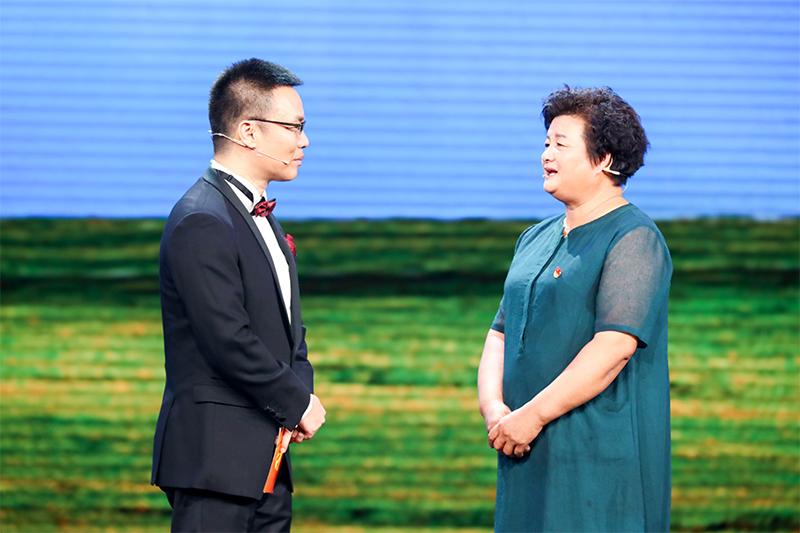 图为李元敏在节目中接受主持人采访