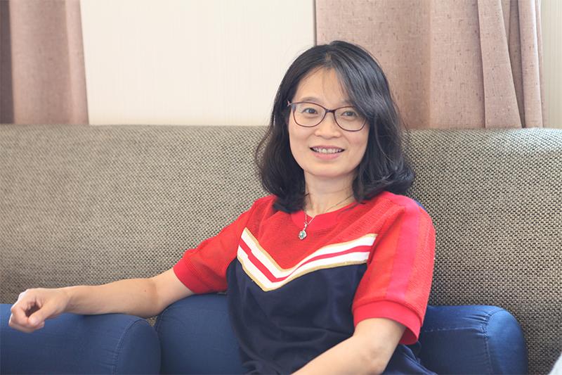 王淑芳在节目彩排间隙接受共产党员网《同学》工作室记者采访