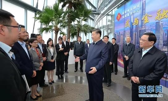11月6日至7日,中共中央总书记、国家主席、中央军委主席习近平在上海考察。这是6日上午,习近平在上海中心大厦22层的陆家嘴金融城党建服务中心,同正在联合开展主题党日活动的企业党员亲切交谈。 新华社记者 谢环驰 摄