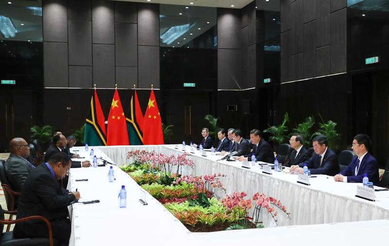 11月16日,国家主席习近平在莫尔兹比港分别会见建交太平洋岛国领导人。这是习近平会见瓦努阿图总理萨尔瓦伊。新华社记者 谢环驰 摄