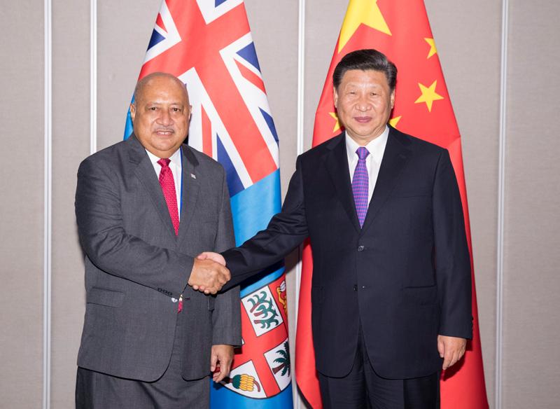 11月16日,国家主席习近平在莫尔兹比港会见斐济政府代表、国防部长昆布安博拉。新华社记者 黄敬文 摄