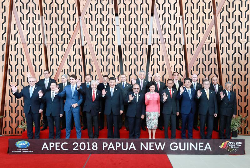 11月17日,国家主席习近平应邀出席在巴布亚新几内亚莫尔兹比港举行的亚太经合组织工商领导人峰会并发表题为《同舟共济创造美好未来》的主旨演讲。同日,习近平还出席了亚太经合组织领导人同工商咨询理事会代表对话会。对话会前,习近平同其他亚太经合组织成员经济体领导人、代表合影。新华社记者 庞兴雷 摄