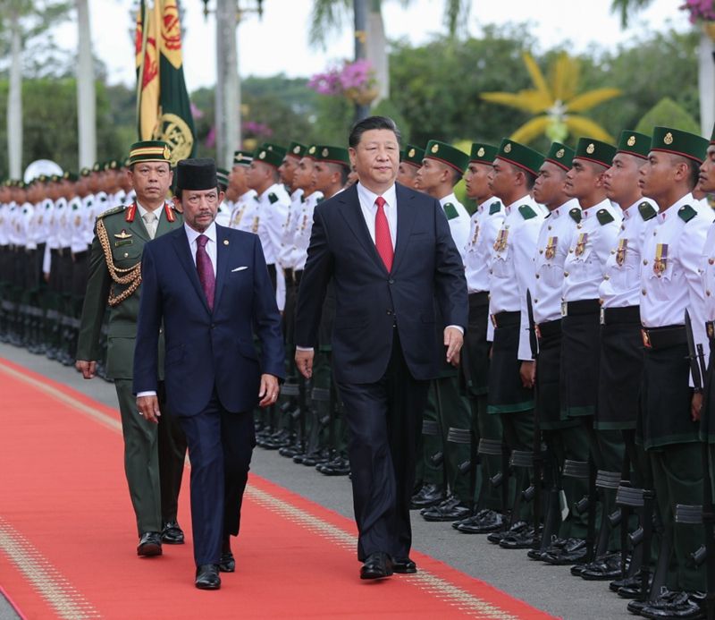 11月19日,国家主席习近平在斯里巴加湾同文莱苏丹哈桑纳尔举行会谈。会谈开始前,习近平出席哈桑纳尔在王宫前广场举行的盛大欢迎仪式。这是在哈桑纳尔陪同下,习近平检阅仪仗队。