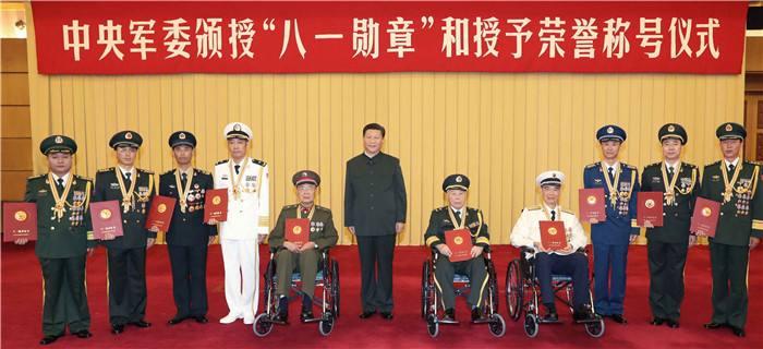 """2017年7月28日,中央军委颁授""""八一勋章""""和授予荣誉称号仪式在北京八一大楼隆重举行。中共中央总书记、国家主席、中央军委主席习近平向""""八一勋章""""获得者颁授勋章和证书,向获得荣誉称号的单位颁授奖旗。这是习近平同获得""""八一勋章""""的同志集体合影。"""