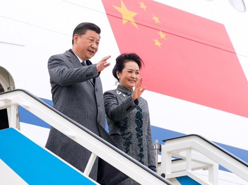 当地时间12月4日,国家主席习近平抵达里斯本,开始对葡萄牙共和国进行国事访问。这是习近平和夫人彭丽媛步出舱门。