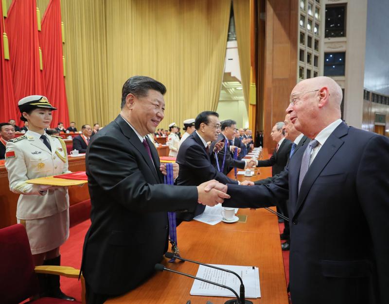 12月18日,庆祝改革开放40周年大会在北京人民大会堂隆重举行。中共中央总书记、国家主席、中央军委主席习近平在大会上发表重要讲话。这是习近平等为获得中国改革友谊奖章人员代表颁奖。