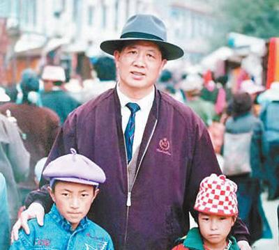 孔繁森和藏族儿童在一起。资料照片