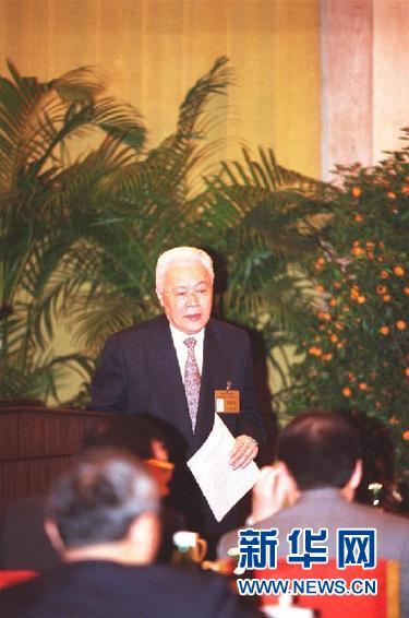 这是1997年5月在北京拍摄的许崇德。 新华社记者 刘建生 摄