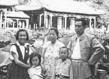 1952年,周恩来与家人在颐和园内的谐趣园