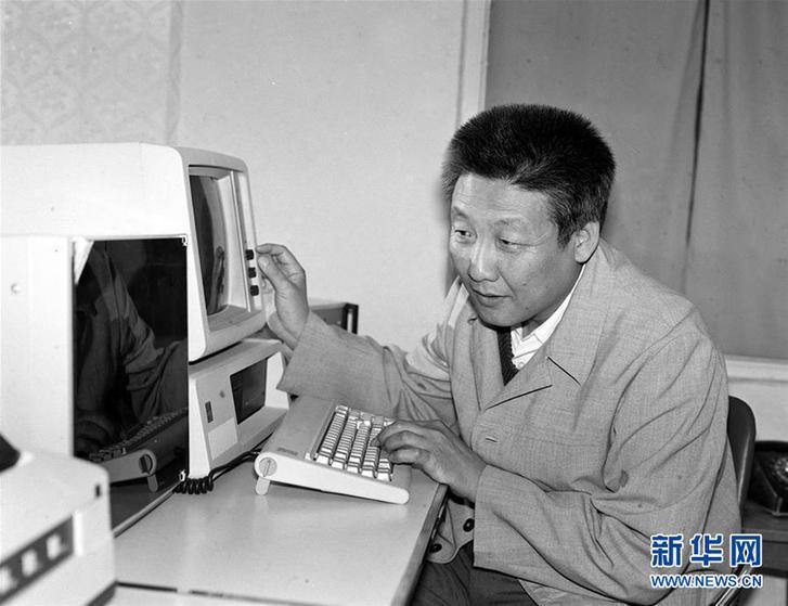 这是年轻时的孙家栋在工作中。新华社记者 杨武敏 摄