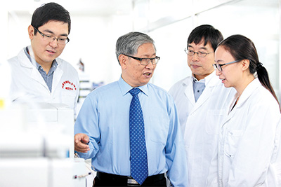 天津药物研究院释药技术与药代动力学国家重点实验室专家和研发人员进行科研探讨