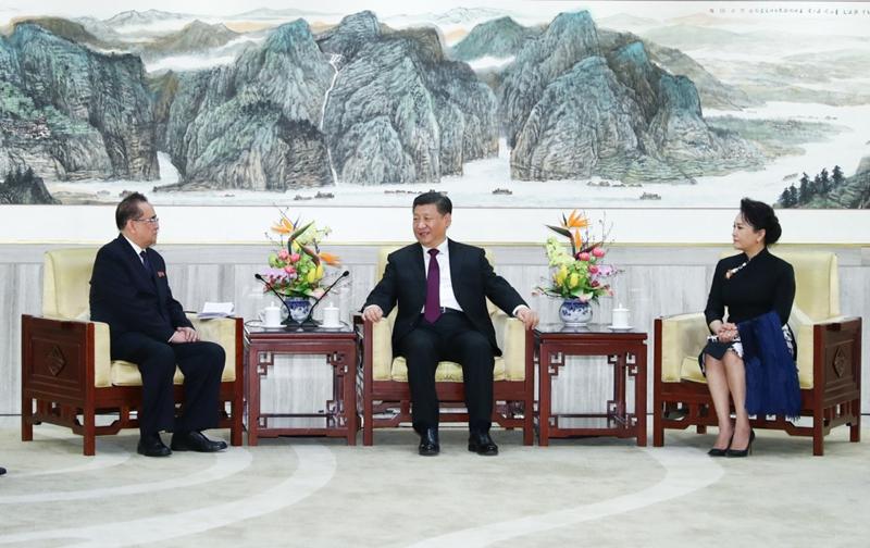 1月27日,中共中央总书记、国家主席习近平和夫人彭丽媛在北京会见以朝鲜劳动党中央政治局委员、中央副委员长、国际部部长李洙墉为团长的朝鲜友好艺术团。