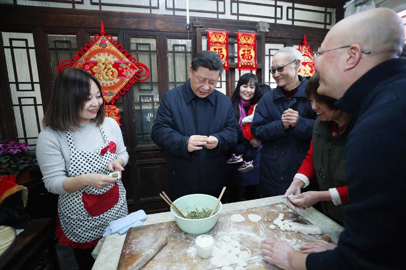2月1日,中共中央总书记、国家主席、中央军委主席习近平在北京看望慰问基层干部群众,考察北京冬奥会、冬残奥会筹办工作。这是1日上午,习近平在前门东区草厂四条胡同,同朱茂锦一家人包饺子、聊家常。新华社记者 鞠鹏 摄