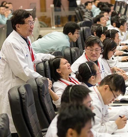 """2019年1月3日,嫦娥四号落月的一刻,74岁的中国航天科技集团五院深空探测和空间科学首席科学家、嫦娥一号卫星总设计师叶培建院士走向正在前排工作席的嫦娥四号探测器项目执行总监张熇,两代""""嫦娥人""""的手,紧紧地握在了一起。"""