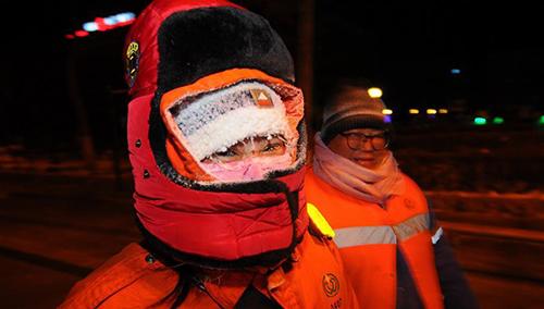 2018年1月23日,在黑龙江省牡丹江市西安区,环卫工周虹和同事们完成晨扫,她的帽子上结着霜花。